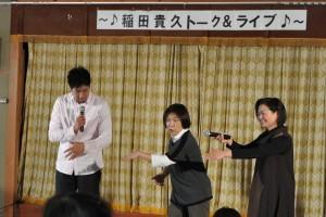 手話で歌う「ふるさと」に参加する熊谷さん(写真右)