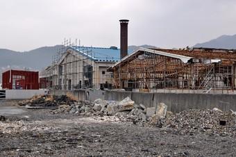 壊滅的な打撃を受けた養殖施設