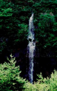 湾港防波堤広場の滝
